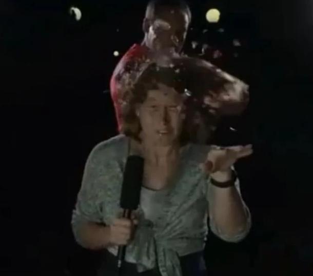 разбить бутылку об голову